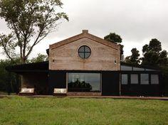 En Chascomus, Argentina, la arquitecto Carolina Peuriot Bouche del Estudio Pragmata ha realizado un mix de estilos muy interesante, donde...