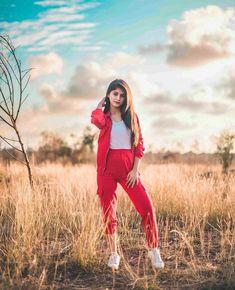 Arishfa Khan Hi-Quality Insta Pics Stylish Girls Photos, Stylish Girl Pic, Photography Poses Women, Girl Photography Poses, Hand Photography, Cute Girl Poses, Girl Photo Poses, Girl Pictures, Girl Photos