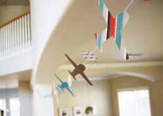 Para tu fiesta aviones, haz una guirnalda con siluetas de aviones pegadas a una cuerda / For your airplane party, make a charming garland with airplane shapes stuck to a ribbon or string