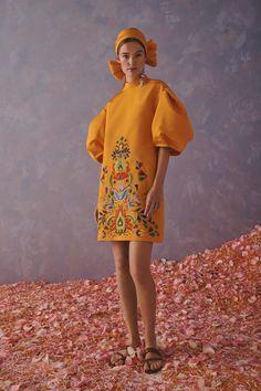Carolina Herrera Croisière 2020 - tendances mode, beauté, mannequins et inspirations Fashion 2020, High Fashion, Fashion Show, Womens Fashion, Fashion Design, Fashion Trends, Fashion Weeks, London Fashion, Carolina Herrera New York