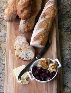 Homemade Bread - Cheese, Olives and Roasted Garlic - Simple lunch