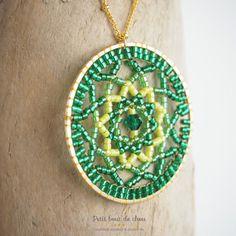 Comment réaliser un pendentif cercle mandala en tissage double brick stitch en perles Miyuki Delicas? Crochet Star Stitch, Crochet Stars, Bead Crochet Rope, Diy Crochet, Beading Patterns Free, Beading Tutorials, Mandala Jewelry, Beaded Jewelry, Seed Bead Earrings
