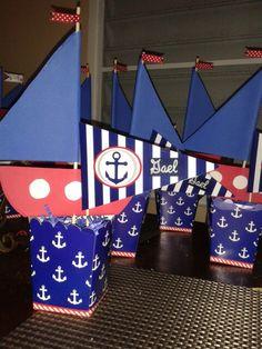 Centros de mesa estilo nautico. Banderines y barquitos de foaming en cajitas