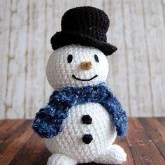 Bei uns schneit es draußen wie verrückt. ❄❄⛄ Da passt so ein gehäkelter Schneemann doch gut, oder? Ich bereite gerade die nächsten Blogbeiträge vor, während meine Männer gerade alle unterwegs sind (Fußball, Schneeballschlacht...). Habt einen schönen zweiten Advent! #linkinprofile #Schneemann #häkelblog #häkeln #crochet #snowman #häkelideen #häkelanleitung #crocheting #häkelinspiration #häkelnistmeinyoga #crochetaddict #DIY #Wolle #Anleitung #yarnlove #amigurumi