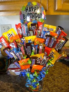 Planning to do this but so much BIGGER Homemade Gift Baskets, Candy Gift Baskets, Candy Gifts, Candy Boquets, Candy Bar Bouquet, Cute Birthday Gift, Friend Birthday Gifts, Craft Gifts, Diy Gifts