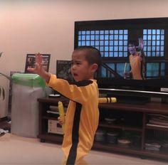 ¡Un niño ejecuta una performance sorprendente de Nunchaku reproduciendo los movimientos realizados en una escena de Bruce Lee! #nunchaku #cria #brucelee http://www.pandabuzz.com/es/video-del-dia/niño-bruce-lee-nunchaku
