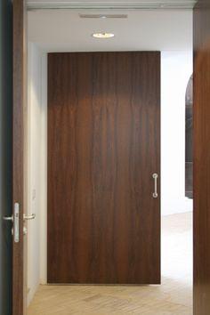 Puerta de dos hojas abatibles realizada en madera natural for Puertas minguela
