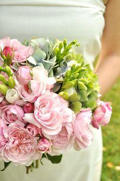 Bukiet ślubny z różowymi różami i hortensjami