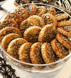 Güneşli bir cumartesi sabahından herkese günaydın 🌞🌞🌞 ısrarla ayçekirdekli yaptığım kurabiye tarifi sorulmuş. Aslında tuzlu çubuklar…