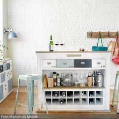 Aus alt mach neu – Schlichte Vintage-Möbel kann man nach eigenen Bedürfnissen anstreichen und somit aufarbeiten. Hier passen die in Hell-, Dunkelblau und Weiß…
