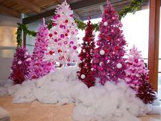sapins de Noël artificiels en blanc, rose et rouge décorés de boules de Noël blanches, rouges et roses
