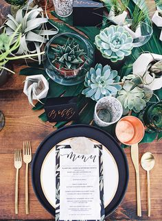 The golden hour earthy outdoor dinner party, thrown at a mod house-turned-venue is full of cool decor and delicious bites. We're drooling over the apps & copper & matte black table!