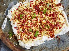 Pavlova med eggekrem | Oppskrift - MatPrat Pavlova, Hawaiian Pizza, Vegetable Pizza, Quiche, Salt, Vegetables, Breakfast, Desserts, Recipes