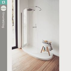 Lindo trabalho da @tinorie !  Piso de box e banquinho em Corian Glacier White  #futurasuperficies #casashopping #corian #arquitetura #designinteriores #designdeinteriores  #Repost @tinorieblog ・・・ I'm ready to was my Monday away! This Corian shower is just the ticket - get more info on Corian at www.tinorie.com #tinorie #interiordesign #blog #getinspired #makethechange #bedifferent #byebymonday #corian #dupont #blogpost