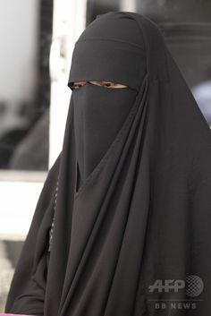 ベルギー・ブリュッセル Brussels / Bruxelles / Brussel / Brüssel で、女性のイスラム教徒用の衣装「ニカブ Nicab / Niqab / Niqāb」を着用し逮捕された女性(2012年6月1日撮影、資料写真Files)。(c)AFP/BELGA/NICOLAS MAETERLINCK ▼11Jul2017AFP 欧州人権裁、顔全体を覆うベールの着用禁止を支持 http://www.afpbb.com/articles/-/3135366