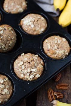 Dieses Rezept für einfache Bananenbrot Muffins ohne Zucker ist einfach der Hammer! Schnell, gesünder und sooo lecker - Kochkarussell.com