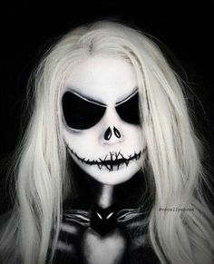 Are you looking for inspiration for your Halloween make-up? Check out the post right here for cute Halloween makeup looks. Art Halloween, Cute Halloween Makeup, Halloween Makeup Looks, Halloween Nails, Halloween Make Up Scary, Halloween Face Paintings, Tim Burton Halloween Costumes, Halloween Inspo, Christmas Costumes
