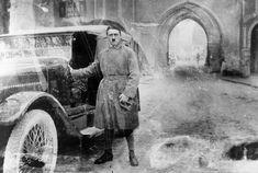Adolf Hitler, lat 35, po zwolnieniu z więzienia Landesberg, 20 grudnia 1924 r.