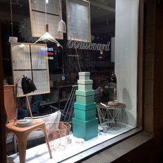 Design Boulevardin ikkunassa Tolix tuoli, kupari pöytälamppu, Lintu valaisin, kupari lamppujohto, kupari kori, Hay Boxbox laatikot, Wire kori + kansi ja keraaminen höyhen.  #designboulevard #tolix #tuoli #kori #kupari @nudcollection #pöytälamppu #ikkunaos