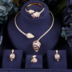 Bridal Jewelry Vintage, Bridal Jewelry Sets, Fancy Jewellery, Stylish Jewelry, Jewelry Design Earrings, Necklace Designs, Fashion Earrings, Gold Jewelry, Gold Bangles Design