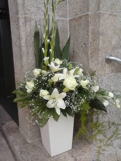 Creative Flower Arrangements, White Flower Arrangements, Crystal Centerpieces, Cemetery Flowers, Church Wedding Decorations, House Plant Care, Fine Gardening, Floral Hoops, Church Flowers