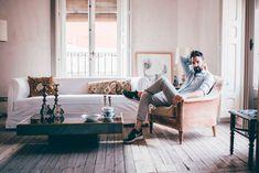 Con proyectos tan versátiles como hoteles, viviendas y restaurantes, hoy Erico Navazo nos relata la creación de sus proyectos más personales, su hogar y su estudio. Nos cuenta su gran pasión, vagabundear por mercadillos de todo el mundo para encontrar esa pieza que lo enamore. Comparte con nosotros su defensa de los espacios normales, su …