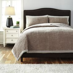 Signature Designs by Ashley Hand Quilted Beige 3-piece King Quilt Set in Beige (As Is Item)