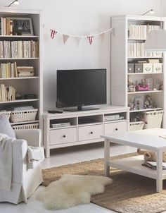 Reading, watching, working – you really can do it all in one space! The IKEA HEMNES series may be traditional in style, but smart functions make it right at home in a modern living room.