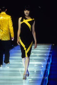Alexander McQueen Spring 1998 Ready-to-Wear Fashion Show Modern Fashion, 90s Fashion, High Fashion, Fashion Show, Fashion Brands, Fashion Seasons, Alexander Mcqueen, Ready To Wear, Dresses For Work