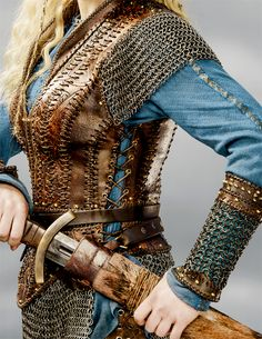 May be Lagertha for Halloween. Costume Viking, Viking Cosplay, Medieval Costume, Viking Warrior, Mode Costume, Female Armor, Viking Clothing, Leather Armor, Fantasy Costumes