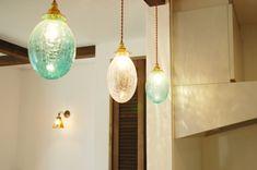 かわいいライトが照らす温もりと味わいを感じる家 Ceiling Lights, Lighting, Room, House, Home Decor, Bedroom, Decoration Home, Home, Room Decor