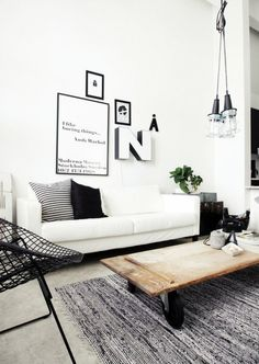 Wit/zwarte industriële woonkamer.