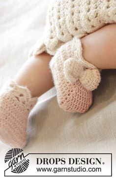 "Crochet DROPS slippers with bow and fan edge in ""BabyAlpaca Silk"". Size 0 - 4 years. ~ DROPS Design, freebie, thanks so xox"