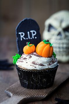 Spooky cupcakes are a great way to get guests in the Halloween party spirit. We love this graveyard cupcake idea. Top your cupcakes with white marshmallow frosting and sprinkle with chocolate shavings or cocoa powder. Decorate with candy pumpkins and a gr Halloween Desserts, Bolo Halloween, Halloween Cupcakes Decoration, Postres Halloween, Halloween Cookies, Halloween Party, Spooky Halloween, Dirt Cupcakes, Black Cupcakes