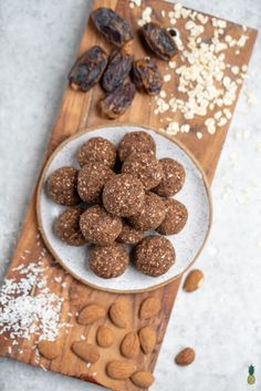 A healthy and delicious snack to make using the pulp from your homemade almond milk. these almond pulp brownie balls are the perfect snack for on the go! Snacks To Make, Yummy Snacks, Quinoa, Almond Pulp, Almond Meal, Fun Desserts, Dessert Recipes, Pulp Recipe, Healthy Cookies
