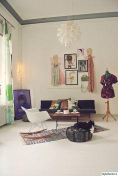"""""""Visualdiaryn"""" lempivaatteiden ja -tekstiilien tarvitse hengailla kaapissa, vaan ne tuovat iloa sisustukseen. #styleroom #inspiroivakoti #värikäskoti #olohuone"""