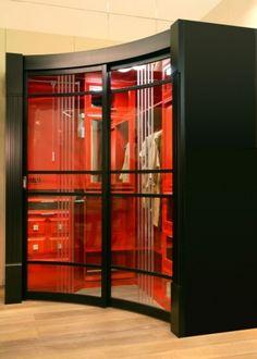 Угловая гардеробная часто приобретается для небольших комнат для экономии жилого пространства. Как можно обустроить гардеробные комнаты? Какие системы и шкафы-купе идеально подойдут в прихожей? В чём заключается особенность разных моделей? Какие отзывы оставляют покупатели?