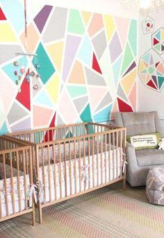 Ce papa colle du ruban sur les murs de la chambre de bébé. Quand il a fini, c'est spectaculaire! WOW! - Trucs et Bricolages