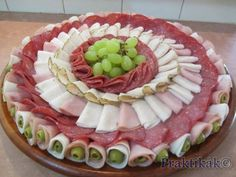 ideas for cheese platter presentation display entertaining Meat Cheese Platters, Meat Trays, Charcuterie And Cheese Board, Meat Platter, Food Trays, Party Platters, Finger Food Appetizers, Appetizer Recipes, Aperitivos Finger Food