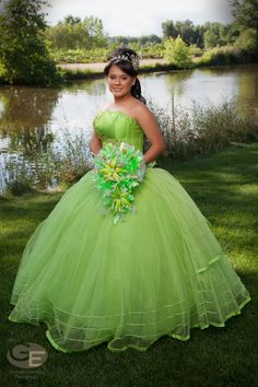 Neon or Lime green Quinceañera dress and bouquet styling idea \\ Photo Credit: Gonzalo Espinoza Photography #misQuinceAnos
