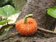 DIY: Jack-be-little-pumpkin pattern http://naturalsuburbia.blogspot.com/2010/10/knitted-pumpkin-pattern.html