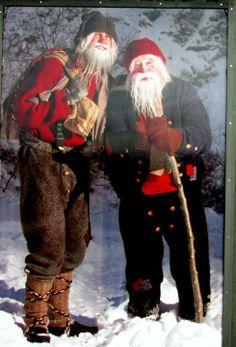 Islandia – 13 Papás Noel   Los islandeses celebran 13 días de Navidad. desde el 24 de diciembre hasta el 6 de enero. La tradición de los 13 Jólasveinar, una especie de troles.  queempiezan a llegar a las ciudades uno cada día desde el 12 de diciembre hasta llegar el último la mañana del día de Navidad. Luego se van retirando de la misma manera, hasta irse el último el día 6 de enero dando por finalizada la festividad.