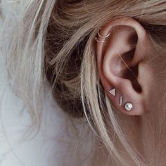 Trending Ear Piercing ideas for women. Ear Piercing Ideas and Piercing Unique Ear. Ear piercings can make you look totally different from the rest. Pretty Ear Piercings, Ear Peircings, Ear Piercings Cartilage, Multiple Ear Piercings, Ear Piercing Spots, Piercings For Small Ears, Unique Piercings, Ear Piercings Industrial, Different Ear Piercings