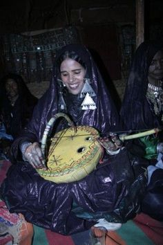 Algeria | Woman playing the imzad. Tamanrasset.  | ©Farida Sellal