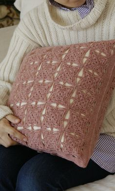 Crochet cushion cover made of squares - free diagram pattern (Japanese). English version via this link: http://gosyo.co.jp/english/pattern/eHTML/pillow.html