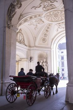 Les fameuses calèches de Vienne, Autriche Innsbruck, Salzburg, Spanish Riding School Vienna, Beautiful World, Beautiful Places, Places Ive Been, Places To Go, Voyager Seul, Travel