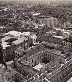 Milano dopo il bombardamento del 1943. In primo piano Palazzo Reale.