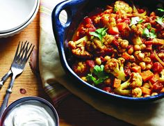 Verwöhne deine Sinne mit unserem leckeren vegetarischen Gemüse-Curry. Süßkartoffeln, Blumenkohl, Kichererbsen und Tomaten liefern dir wichtige Proteine und Ballaststoffe. Abgerundet mit einem cremi...