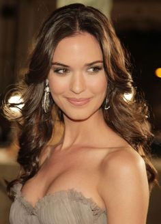 Why are you so beautiful, Odette Annable? Love her makeup here. Barely there.
