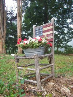 Old Chair doubles as an American themed planter. Nothing (hardly) is trash for me. I lined the bottom of this old rustic chair with chicken wire and made it into a beautiful Americana piece for our landscaping. Outdoor Projects, Garden Projects, Outdoor Decor, Decoration Shabby, Chair Planter, Rustic Chair, Patriotic Decorations, Arte Floral, Garden Chairs